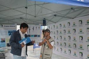 Voluntário do Projeto Albatroz explica sobre o trabalho realizado pela ONG