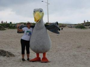 A assistente de educação ambiental do Projeto Albatroz, Cynthia Ranieri, e