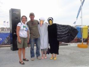 Da esquerda para a direita, Maria Cláudia Kohler, do Projeto Albatroz; o velejador Torben Grael e as voluntárias Luyana e Maria Luiza