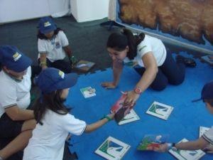 Crianças brincam com o Jogo Marinho da Memória, no espaço do Projeto na Vila da Regata