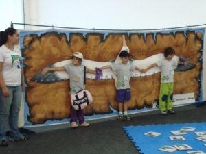 Crianças comparam o seu tamanho ao de um albatroz-viageiro com as asas abertas; a envergadura da ave chega a 3,5 metros