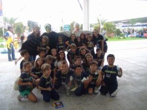 Estudantes da escola Unificado, de Itajaí, que visitaram a Vila da Regata e ganharam Abraços Grátis