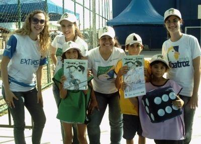 """Voluntárias, estudantes da Universidade do Vale de Itajaí (UNIVALI) no evento  """"Comunidade Verde: Educando para Preservar"""" no último dia 27"""