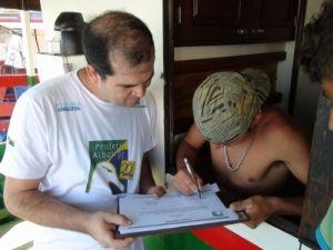 Fabiano Peppes, coordenador técnico do Projeto Albatroz, entrevistando um dos pescadores do Barco Veneza 1º
