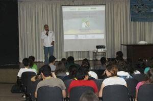 Dimas Gianuca realizando palestra