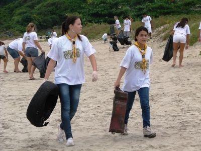 Garotas auxiliando na limpeza de praias durante evento Volvo Ocean Race em Itajaí/SC.