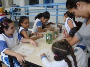 Crianças colorindo desenhos do Projeto Albatroz