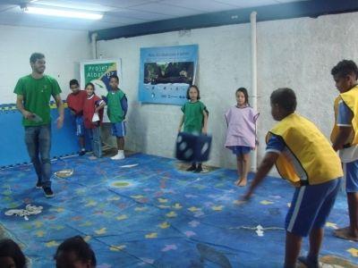 """Voluntário acompanhando alunos da Escola Bernal durante partida do Jogo """"A Grande Viagem do Albatroz"""""""