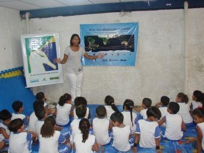 Voluntária do Projeto explicando como é a Rota dos Albatrozes