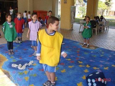 Crianças brincam com Jogo de Tabuleiro