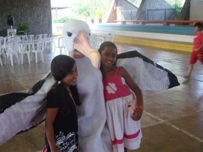 Crianças posando para foto com voluntário fantasiado de albatroz durante Dia da Ave, no ano passado no SESC Bertioga