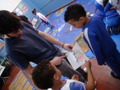 Rafael Monteiro, voluntário do Projeto, auxiliando nas atividades com alunos da escola Martins Fontes