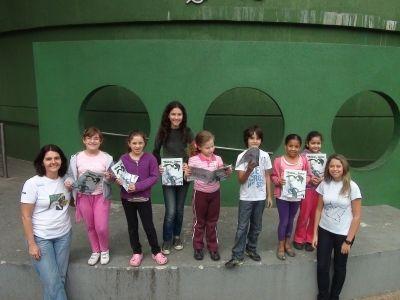 Crianças com HQs do Projeto Albatroz