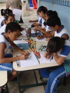 Alunos em atividade de Educação Ambiental