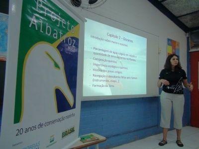 Maria Claudia Kohler, coordenadora de Educação Ambiental do Projeto Albatroz em capacitação de professores