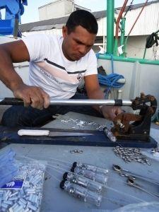 Pescador organizando o hook pod