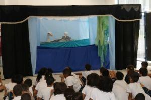 Bonecos de albatroz conversam durante a apresentação o CAIS Milton Teixeira