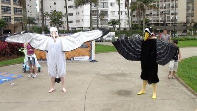 Animadores fantasiados de albatroz-errante e de pardela-de-óculos