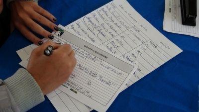Educadora preenchendo cadastro do Projeto Albatroz