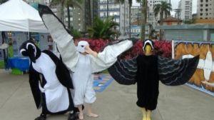 Animadores fantasiados de albatrozes