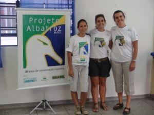 Érica Stange Santos, voluntária do Projeto Albatroz; Cynthia Ranieri, assistente de comunicação; Maria Claudia Kohler, coordenadora de Educação Ambiental