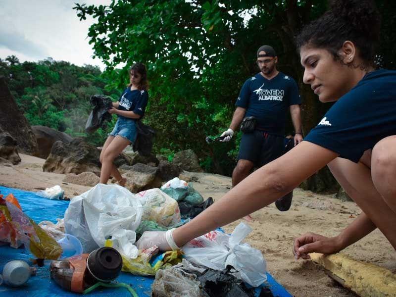 Coletivo Jovem Albatroz participa do #DesafiodoLixo com foto de clean-up na Praia do Sangava