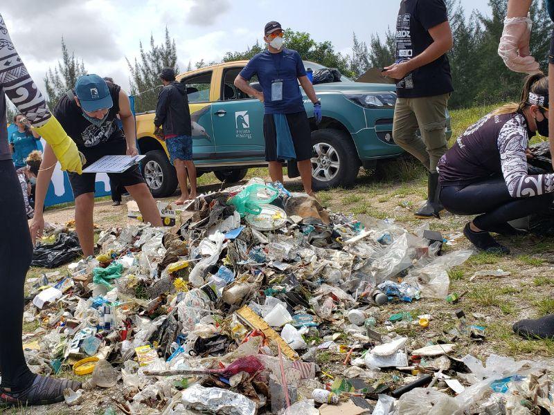 Mutirão de limpeza organizado pelo Projeto Albatroz coleta 89,6 kg de lixo do entorno da Lagoa de Araruama, em Cabo Frio (RJ)